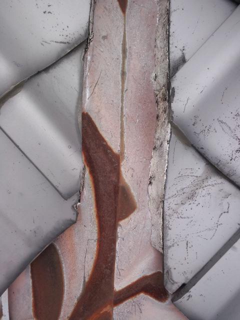 屋根・谷漆喰出過ぎによる雨漏り修理診断