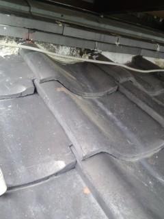 ベランダ下から雨漏りしている屋根瓦の画像