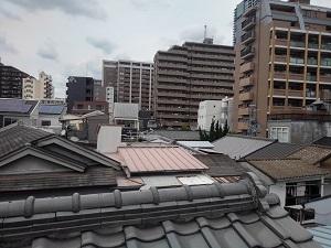 屋根伝い行かば不安増し壁は減る